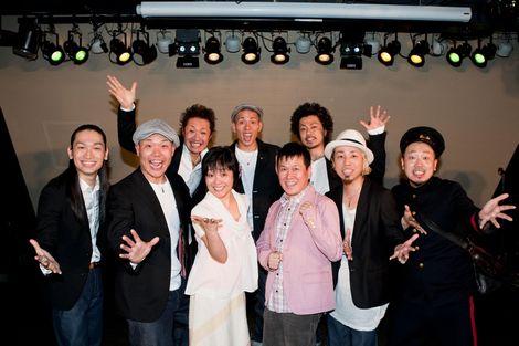 とアニメ『タッチ』のコラボイベントに出演したET-KINGと日高のり子(中央左)、三ツ矢雄二(中央右)