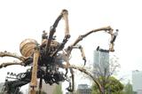 横浜の街を練り歩く巨大グモ