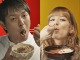 『すき家』の新CMに出演している岩隈久志投手とスザンヌ