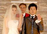 指輪交換を交わした島谷ひとみと新郎役の小林正樹さん