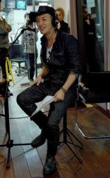 スタジオでつるのは歌も披露 【一夜限りで復活したJFN系深夜番組『つるの剛士のBPR5000』生放送現場にて】