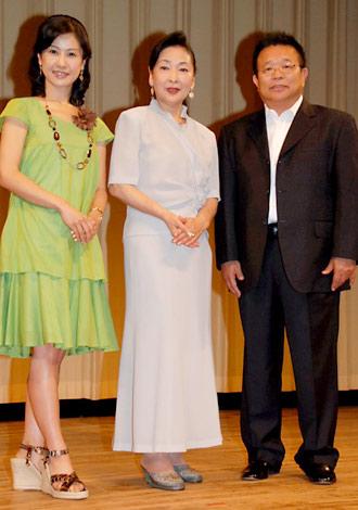 映画『島田洋七の佐賀のがばいばあちゃん』完成披露舞台挨拶に出席した(左から)小林綾子、香山美子、島田洋七