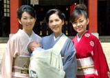 初孫・玲くんのお宮参りの様子(左から)大島花子、柏木由紀子、舞坂ゆき子