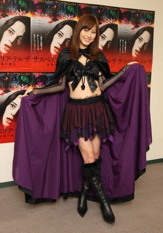 杉本有美が映画『サスペリア・テルザ 最後の魔女』にちなんだ魔女コスプレで登場。