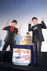 5段重ねの特製ロールケーキを用意して、品川監督(右)を祝福した成宮 (C)ORICON DD inc.