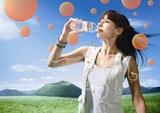MiChiが出演している『ボルヴィック フルーツキス ピンクグレープフルーツ』新CMの1カット