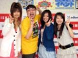 イジリー岡田がプロデュースしたDVDに出演した女の子たち。写真左から岡田真実、イジリー岡田、石田朝海、藤田夏津稀。(C)ORICON DD inc.