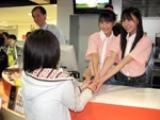一日店長を務めた2人。ファンの手を取って一人ひとりと会話した。(C)ORICON DD inc.