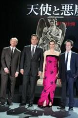 """左からロン・ハワード監督、トム・ハンクス、アイェレット・ゾラー、プロデューサーのブライアン・グレイザー。背後にそびえ立つのは""""天使と悪魔像""""の彫刻レプリカ"""