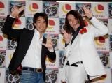 新曲「LOVEハリケーン」の発売PRイベントを行った狩野英孝(右)と山本淳一(C)ORICON DD inc.