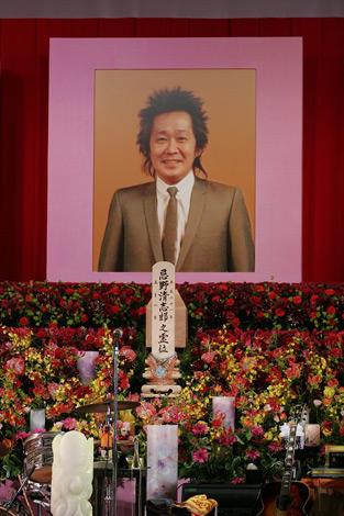 忌野清志郎さん告別式に竹中直人、甲本ヒロトらが涙の弔辞 | ORICON NEWS