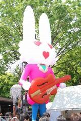 実際にコンサートで使われたウサギの巨大バルーンドール(C)ORICON DD inc.