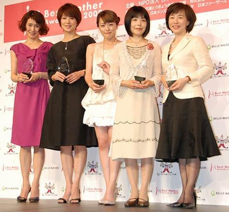 『第2回ベストマザー賞2009』を受賞した(左から)安田成美、黒田知永子、今井絵理子、俵万智、佐々木かをり氏 (C)ORICON DD inc.