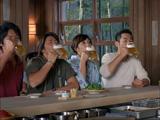 新CMで仲間と一緒に自分が注いだビールを飲むイチロー(右)