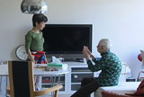 献身的な介護を行う綾戸