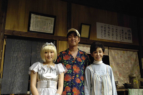 舞台『流れ星』公開リハーサル後の囲み取材に応じた(左から)山田まりや、宅間孝行、うつみ宮土理