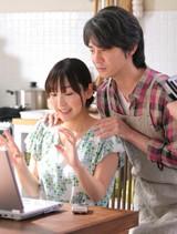 麻生久美子が吉岡秀隆に肩を掴まれビックリ!