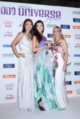 2009ミス・ユニバース・ジャパンに輝いた宮坂絵美里(中央)と、ディレクターのイネス・リグロン(右)、07年ミス・ユニバース世界1位の森理世(左)