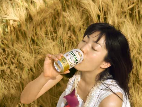 サムネイル 『豊か<生>』CMで豪快な飲みっぷりを披露する菅野美穂