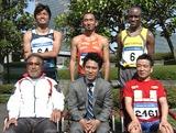 新CMに出演している(左上から時計回りに、末續慎吾選手、為末大選手、ワイナイナ選手、猫ひろし、伊藤、小出監督)