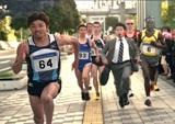 新CMに出演している末續慎吾選手(左)