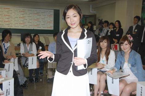 学生に囲まれる加護亜依(C)ORICON DD inc.