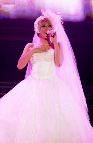 倖田來未はステージでウエディングドレスも披露