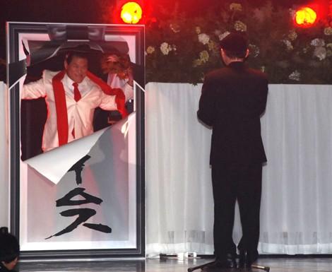 田代の弔辞の真っ只中に突如、会場に乱入する猪木(左)(C)ORICON DD inc.