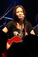 パワフルに全18曲を熱唱した榊いずみ(5月30日のライブで)