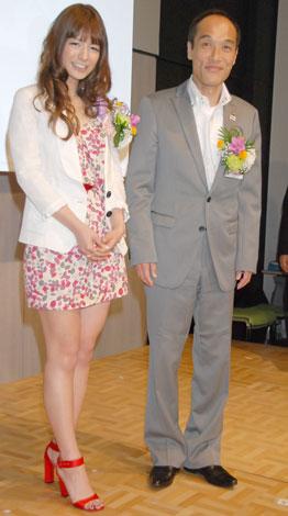 『第2回南九州PR大賞』表彰式に出席したスザンヌと東国原英夫宮崎県知事(C)ORICON DD inc.