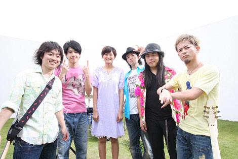 ROCK'A'TRENCHと榮倉奈々(左から3人目)