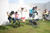 ROCK'A'TRENCHの6thシングル「真夏の太陽」のミュージックビデオの模様(左から3人目が榮倉奈々)