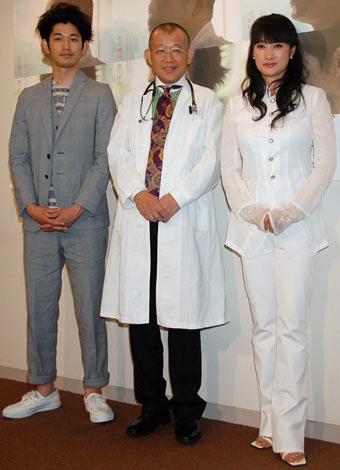 映画『ディア・ドクター』の舞台挨拶に登壇した(左から)瑛太、笑福亭鶴瓶、余貴美子 (C)ORICON DD inc.