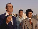 『ボス』新CMに出演している(左から)トミー・リー・ジョーンズ、勝野洋、小野寺昭