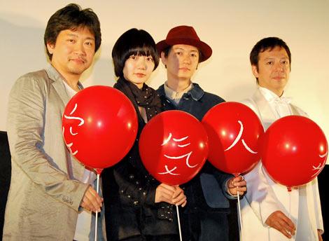 映画『空気人形』の完成披露試写会付き舞台挨拶に登壇した(左から)是枝裕和監督、ペ・ドゥナ、ARATA、板尾創路 (C)ORICON DD inc.