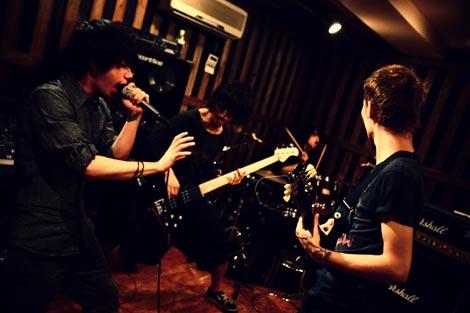 4人編成でバンド活動を再開するONE OK ROCK