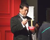 緊張の面持ちで撮影に臨む清原和博氏