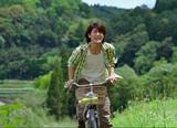 『お〜いお茶』新CMで自転車をこぐ姿を披露する三浦春馬