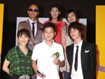 アミューズ所属のアーティストたちに囲まれるグランプリ。上段左から、サンプラザ中野くん、奥山佳恵、板谷由夏、下段左から 富田靖子、野村周平、佐藤健。