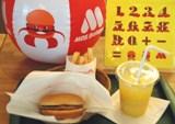 """ビーチボールとパズルが付いた""""子供セット""""を全店販売(写真は『モスワイワイハンバーガーセット』"""