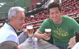 新CMの撮影で父・博さん(左)とビールを傾ける楽天・田中将大投手