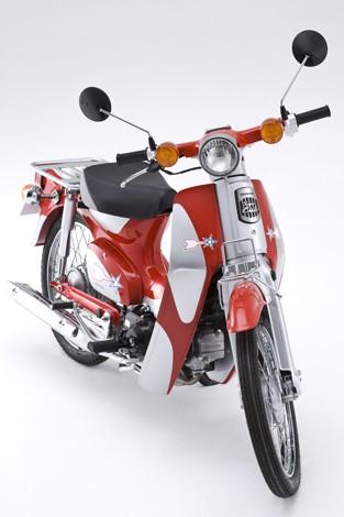 Hondaの『スーパーカブ』にオリジナルデザインを施した『スーパーカブ ウルトラマン号』