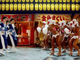 松田翔太と中村獅童(中央)がダンス対決を繰り広げる新CM