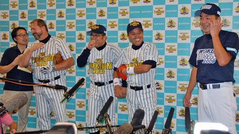 1985年4月17日、阪神-巨人戦でバックスクリーン3連発を放った伝説の4人が再集結(写真左より)3番 ランディ・バース、4番 掛布雅之、5番 岡田彰布、被弾投手・槙原寛己 (C)ORICON DD inc.