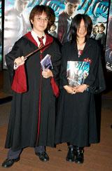 ハリー・ポッターのコスプレ姿で登場した(左から)マジシャンのALeXと相川七瀬 (C)ORICON DD inc.