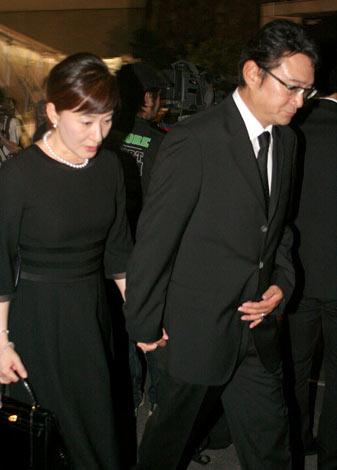 故・七奈美さんの通夜に夫婦揃って参列した船越英一郎&松居一代  (C)ORICON DD inc.