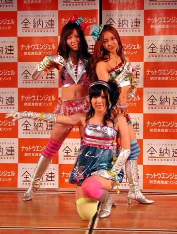 キラキラの戦隊風衣装で、ポーズを決める『ナットウエンジェル』の3人(C)ORICON DD inc.