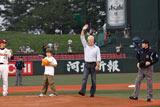 リチャード・ギアと、息子のホーマー・ギアが始球式に登場