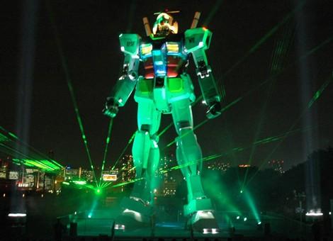 緑のレーザー光線が舞うセレモニーの様子  (C)創通・サンライズ