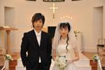 ウェディングドレス姿も美しい栗山千明、左は弟役の森山未來(C)『土俵際のアリア』プロジェクト2009